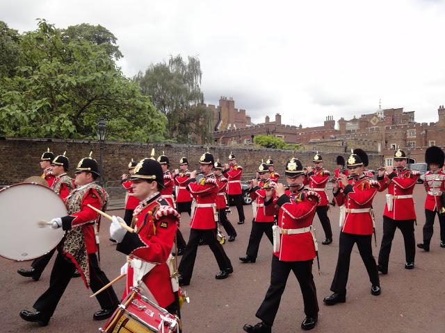 Gwardziści w drodze do Backingham Palace